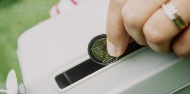 twee euro in een collectebus
