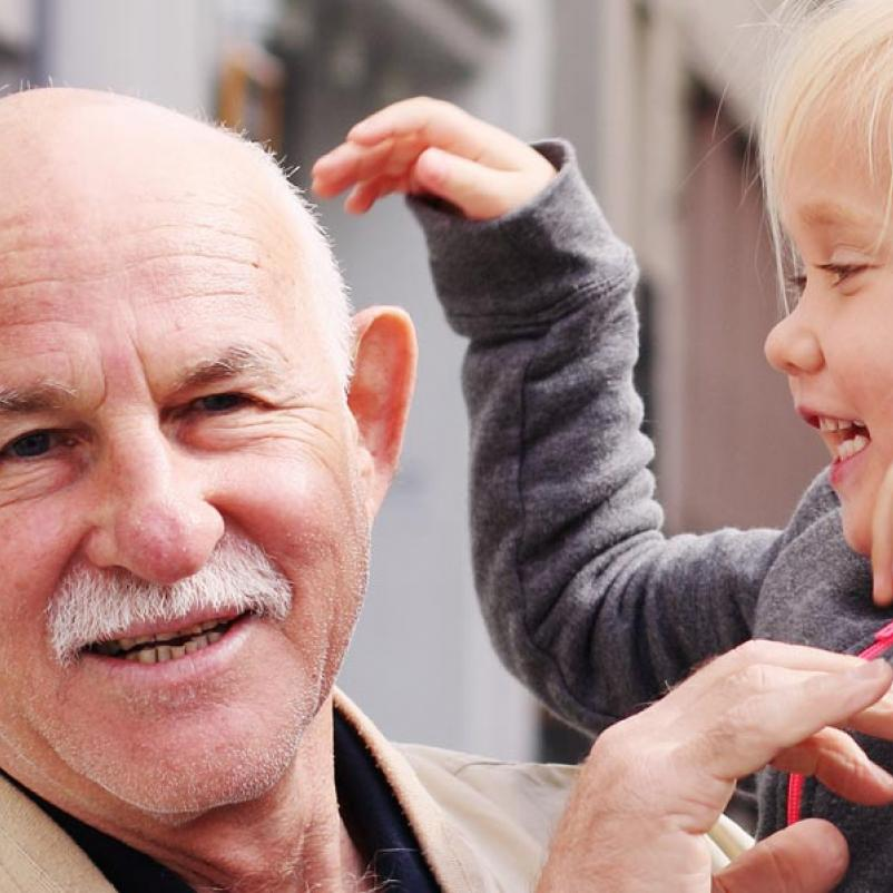 Oudere man met kleinkind