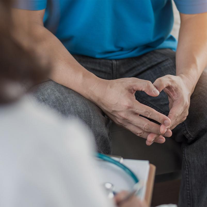 Man in gesprek met arts