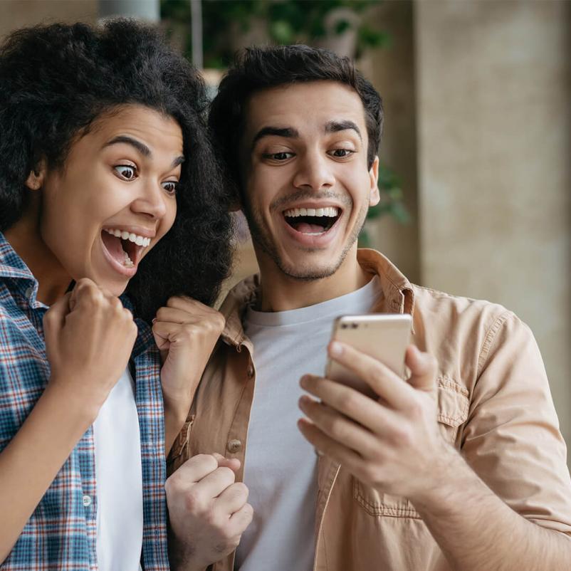Twee jongeren winnen een prijs