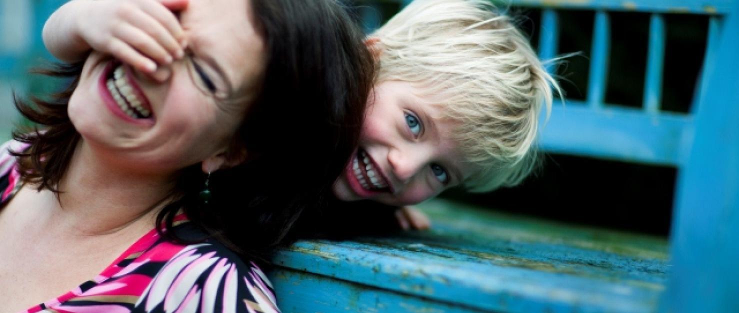 Vrouw lachend met zoontje