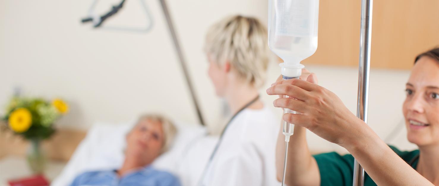 Patiënt krijgt zorg in ziekenhuis