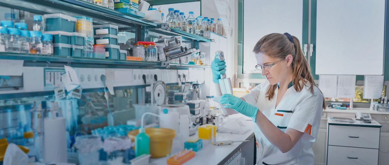 vrouwelijke onderzoeker in een laboratorium