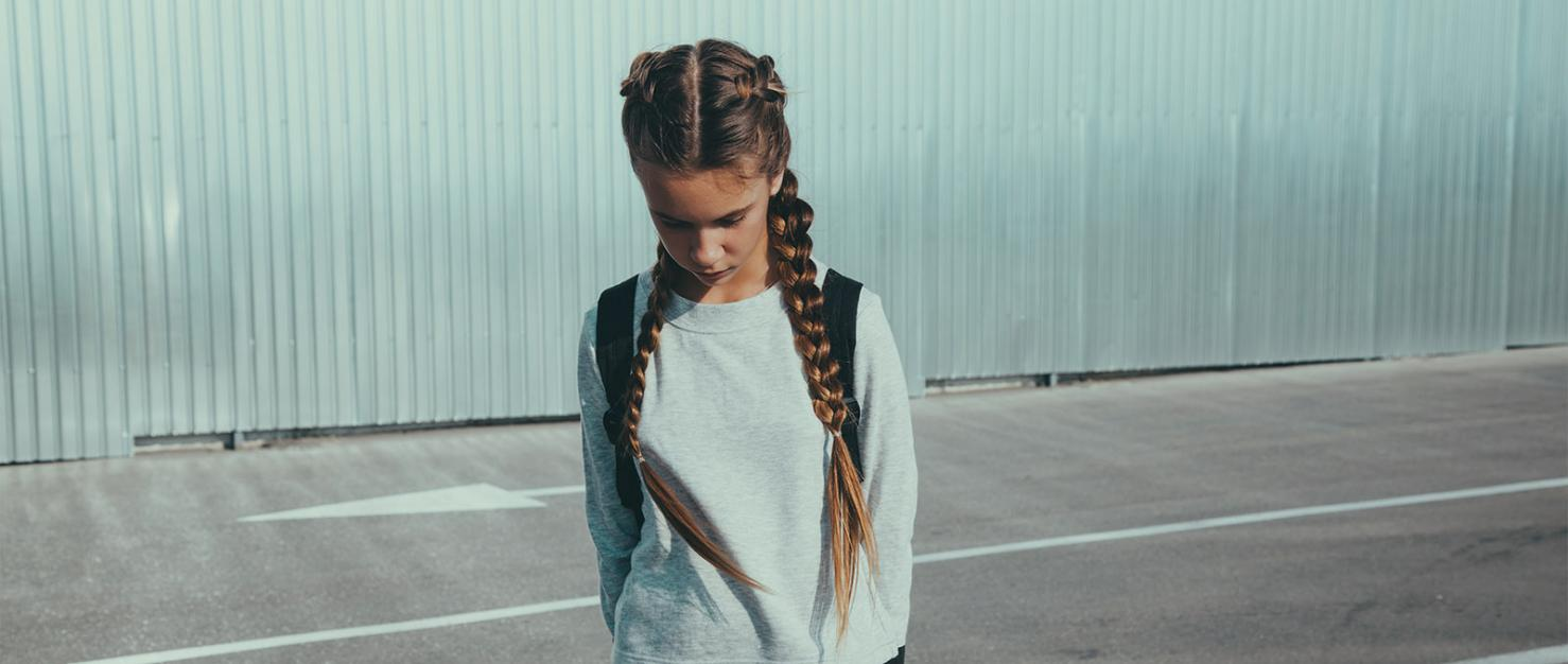 Meisje met gebogen hoofd